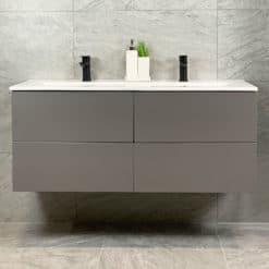 Tvättställsskåp Grå Matt 120 cm Qbad Solsidan Tvättställskommod matt grå 120 cm QBad Solsidan med dubbelt tvättställ är en stilren och modern badrumsmöbel som går att kombinera i de flesta stilar. Med ett djupmått på 46 cm går den här kommoden utmärkt även att kombinera med en bänkskiva och fristående handfat. Handfat i porslin ingår. Handfatet rymmer två tvättställsblandare, har bräddavlopp och gott om avställningsytor. De fyra lådorna är mjukstängande av mycket fin kvalitét och mycket enkla att ta av och på vid exempelvis rengöring. Bakom lådorna finns gott om plats för två kommodvattenlås. Kombinera med svarta tvättställsblandare och bottenventiler för att passa in i det svarta badrummet, eller varför inte kombinera med mer diskreta detaljer i krom? Oavsett vilken stil du gillar går den här tvättställskommoden att kombinera för att passa just dig. Badrumsmöbler från QBad är vattentåliga, men ska ej överspolas med vatten. Komplettera med fyra handtag, kommodvattenlås, bottenventiler och tvättställsblandare. Det är inga förborrade hål för handtag i kommoden vilket gör det möjligt att välja fritt bland vårt stora sortiment av handtag. I serien QBad Solsidan finns tvättställskommod i matt vit och matt grå i 60, 80 och 120 cm, högskåp samt spegelskåp i 60 samt 80 cm. Artikelnummer: SF120GRA