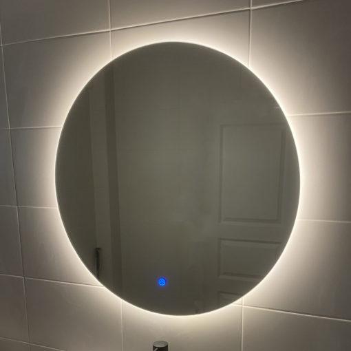 rund spegel med ledbelysning