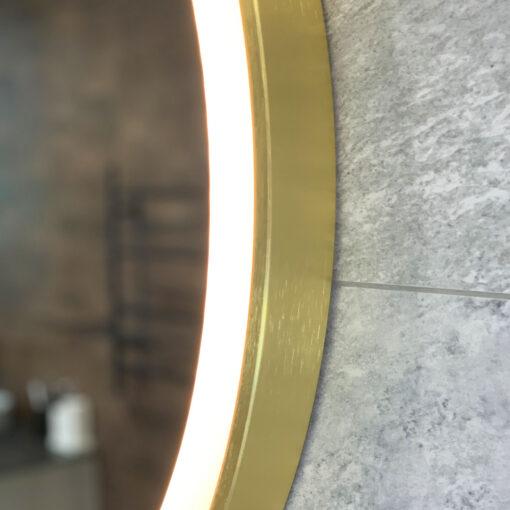 spegel med guld och belysing qbad